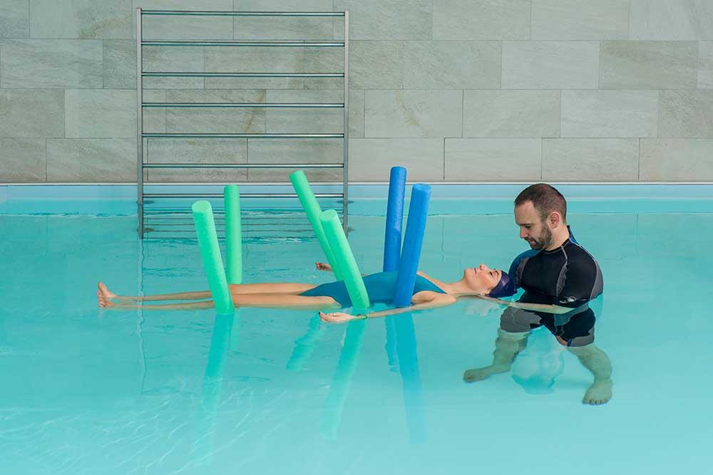 Fisioterapista a Brescia esegue riabilitazione e terapie in acqua