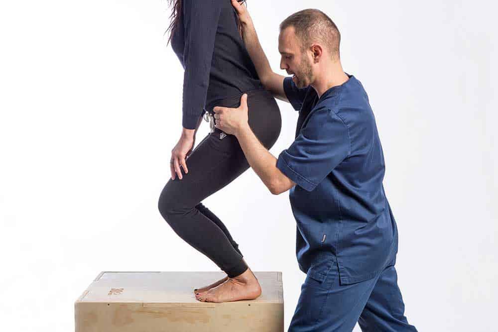 fisioterapista a Brescia esegue riabilitazione posturale e rinforzo