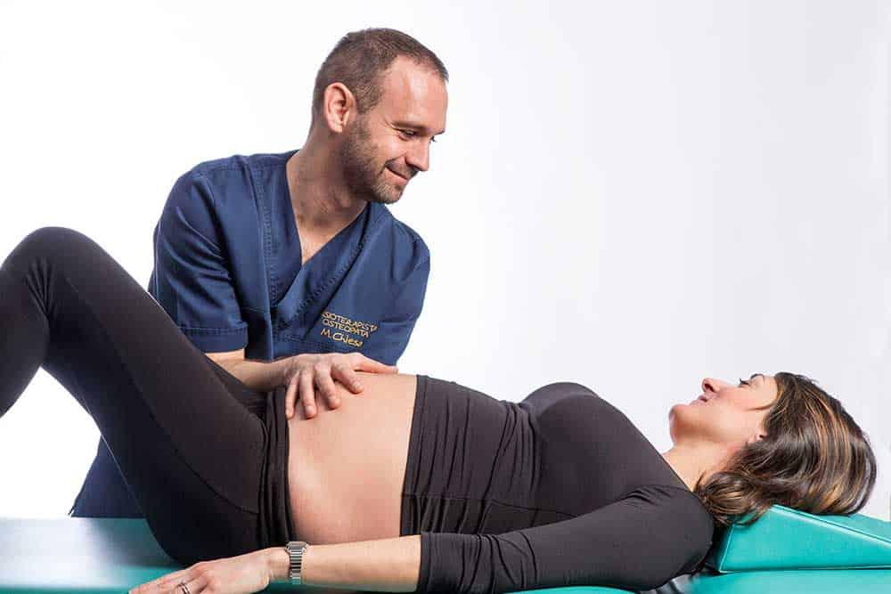 Osteopata a Brescia rassicura e tratta donna in gravidanza