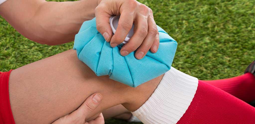 Il ghiaccio riduce l'infiammazione in caso di infortunio. Consigli Osteoclinic Brescia